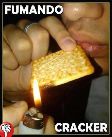 crack, fumando, você está fazendo isso errado, foto, imagem, engraçada, cream cracker, bolacha, facebook